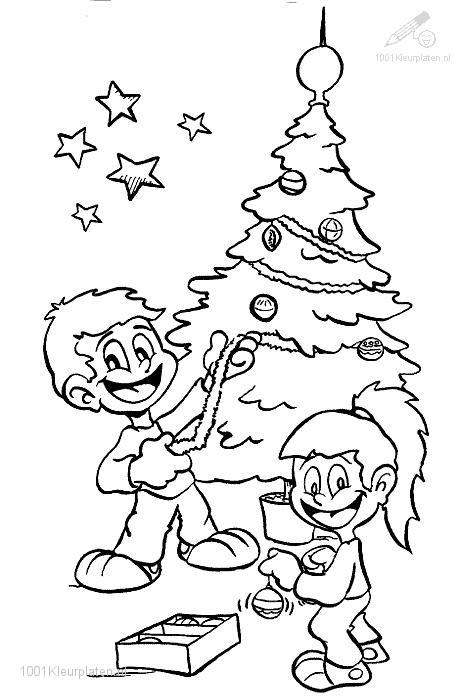 Kinderen versieren kerstboom